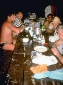 Aftensmaden indtages ved langbordet i indianerlejren Remanzo