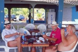 Holdet fra 2001 nyder en kold øl med udsigt til Stillehavet