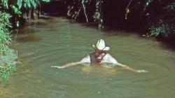 Det er dejligt at blive kølet af i den grå grumset flod