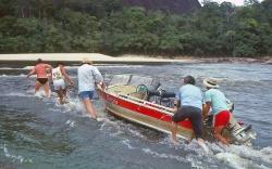 Rio Iniridae  vi trækker båden over et strygn