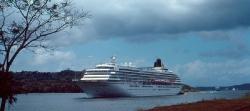 Luksuslejneren på vej igennem Panamakanalen
