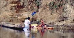 Opvasken klares her i floden